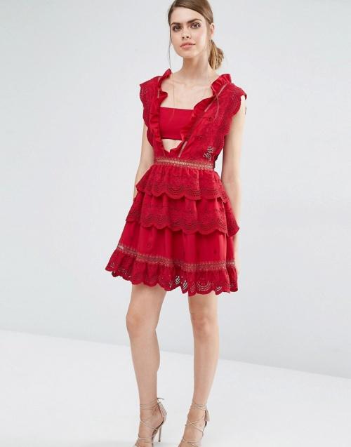 Self Portrait robe rouge dentelle et découpes