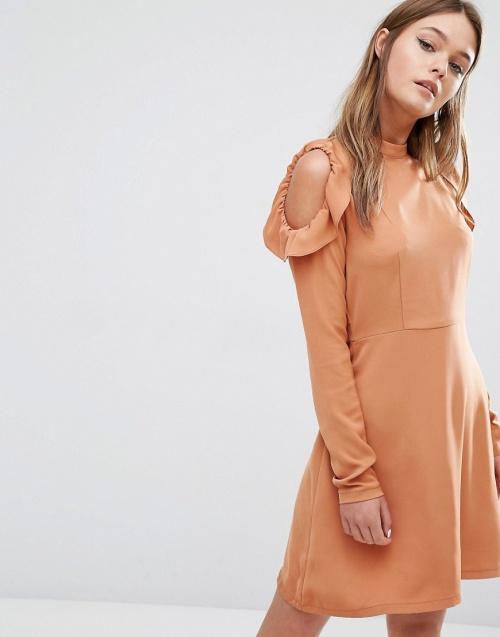 Fashion Union - robe épaules nues volantées