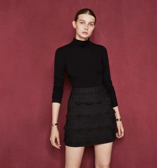 Maje jupe courte brodée noire