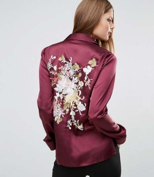 Blouse de pyjama en satin avec fleurs brodées dans le dos