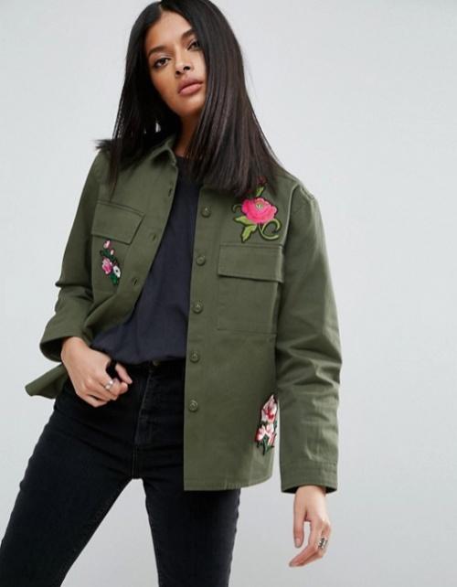Chemise militaire avec écussons motif fleurs