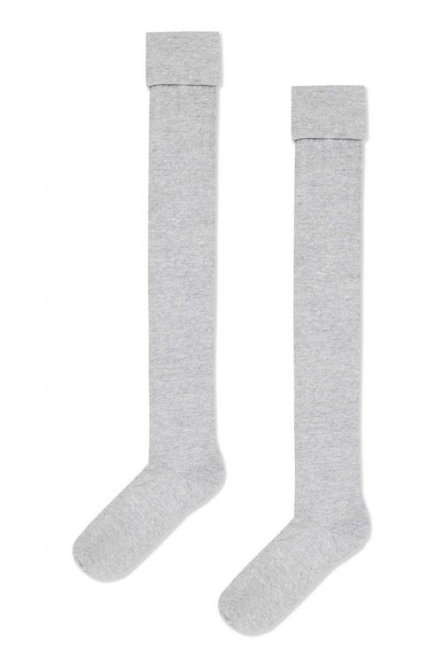 Chaussettes grises recouvrant le genou