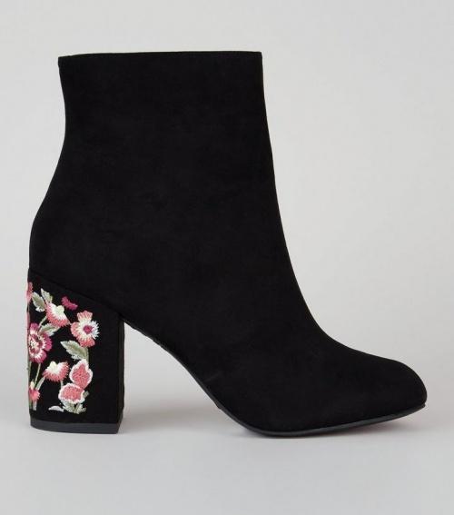 Bottes en suédine noires à talons et fleurs brodées