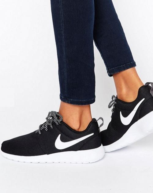 Nike - Roshe - Baskets - Noir et blanc