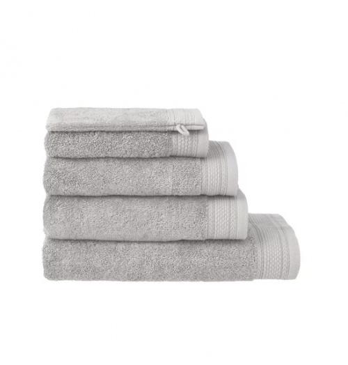 Serviette de bain qualité hôtel - gris clair Ces serviettes de toilette de qualité hôtelière sont super épaisses et moelleuses. Qu'elle sont tissées en éponge 100% coton super serrée : pas moins de 630 grammes de coton par m². Pour une douceur et un moelleux cinq étoiles. Toutes nos serviettes sont super absorbantes. Nous vous conseillons de les laver une première fois avant de les utiliser : ce premier lavage améliore encore leur qualité d'absorption. N'utilisez de préférence pas d'adoucissant pour un meilleur séchage. Lavez-les à 60ºC maximum et mettez les au séchoir à température normale. Les serviettes de bain de qualité hôtelière sont disponibles en plusieurs tailles : du gant de toilette au drap de bain de 70 x 140 cm.. Toutes les serviettes de bain HEMA sont fabriquées exclusivement pour nous et nous en contrôlons la qualité. plus d'inf