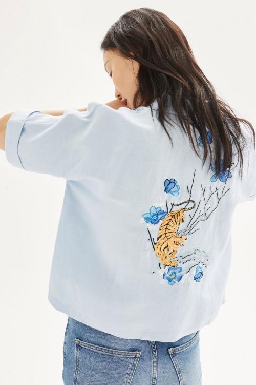 Chemise à motif tigre brodé