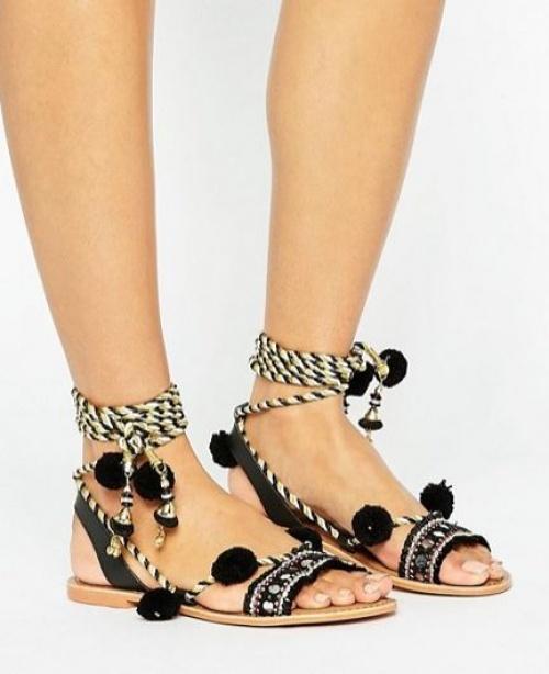 Glamorous - Sandales plates en daim avec lacets à pompons