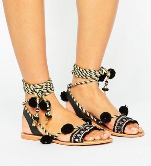 Glamorous - Sandales plates en daim avec lacets pompons