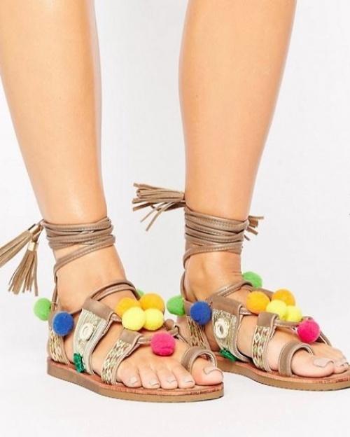 Glamorous - Sandales plates lacées avec pompons