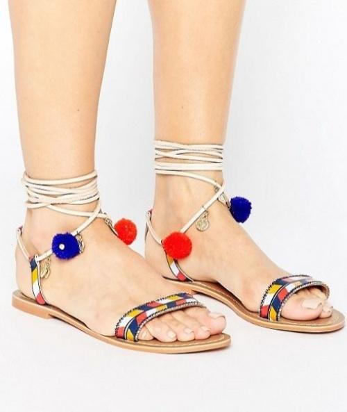Glamorous - Sandales plates en cuir à lacets ornées de pompons