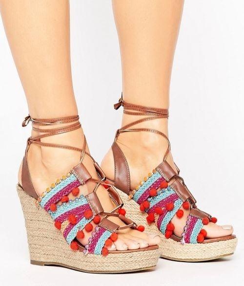 Glamorous - Espadrilles compensées à pompons et lacets