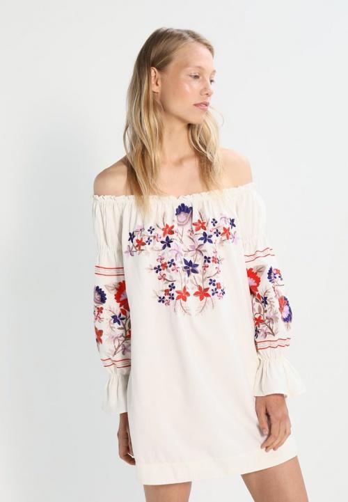 Robe à fleurs brodées