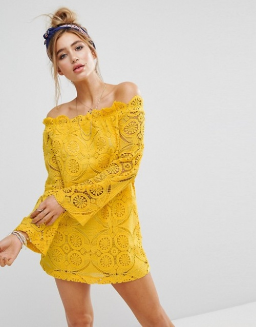 Prettylittlething - Robe droite en dentelle à encolure Bardot