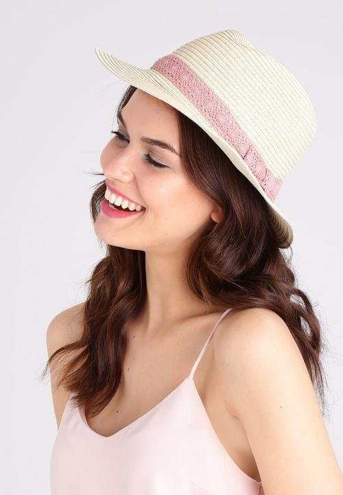 Chapeau de paille avec ruban en dentelle