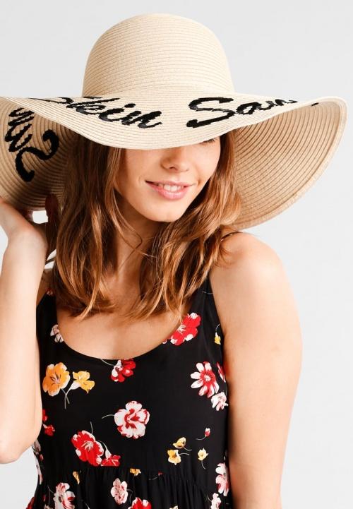 Chapeau avec inscription