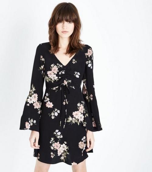 New Look- Robe noire à fleurs, fronces à l'avant et manches évasées