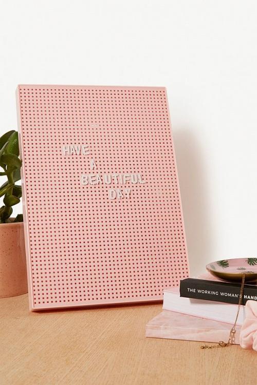Urban Outfitters - Panneau rose avec lettrage
