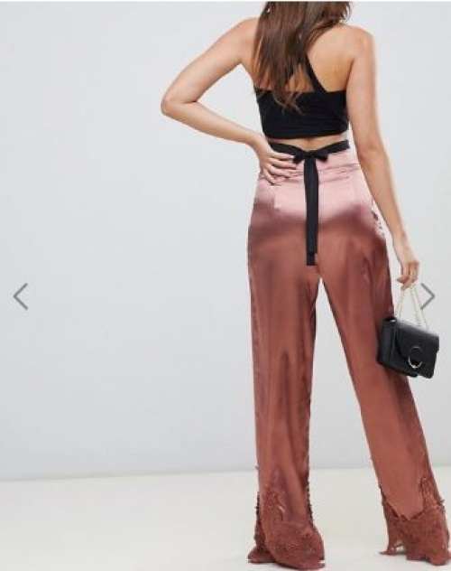 PrettyLittleThing - Pantalon large en satin avec bordure en dentelle