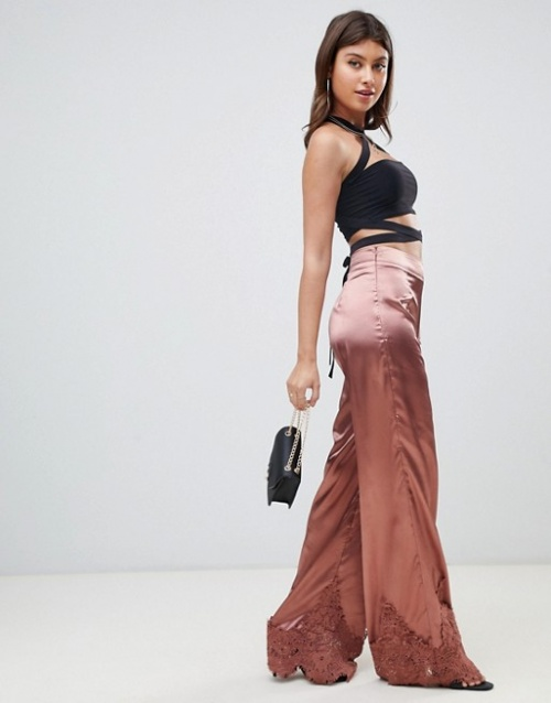 PrettyLittleThing - Pantalon large en satin avec bordure en dentelle