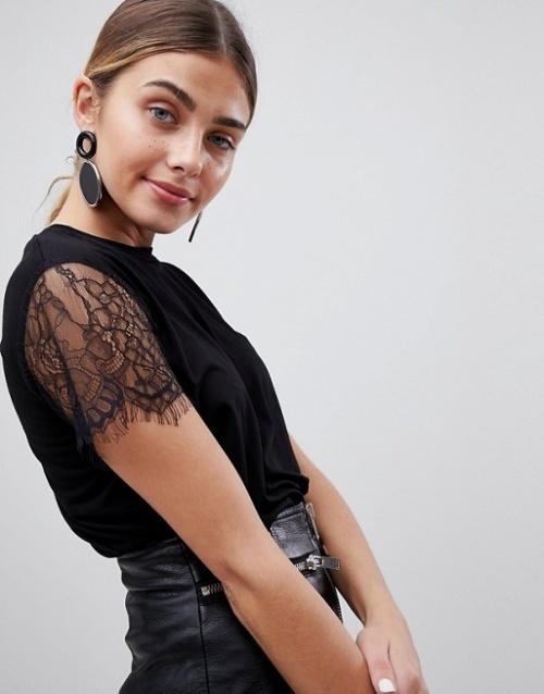 PrettyLittleThing - T-shirt basique avec manches en dentelle