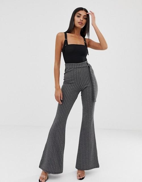 PrettyLittleThing - Pantalon évasé à ceinture et fines rayures
