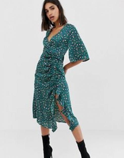 PrettyLittleThing - Robe mi-longue en satin froncé avec fente sur le côté et imprimé léopard