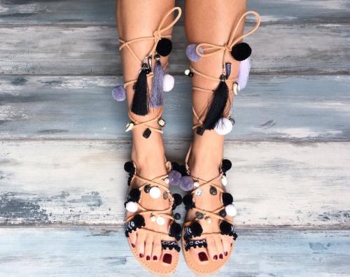 Pinky Promise - Sandales à lacets avec pompom