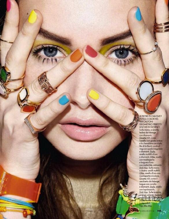 Inspiration ELLE Italie : Ongles colorés et gros bijoux