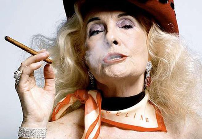 Mamie stylée qui fume un joint