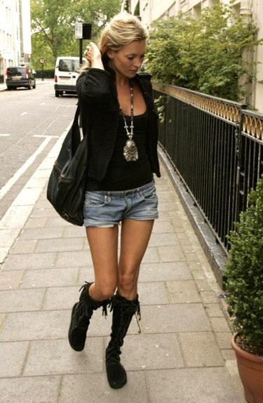 Kate Moss porte des Minnetonka