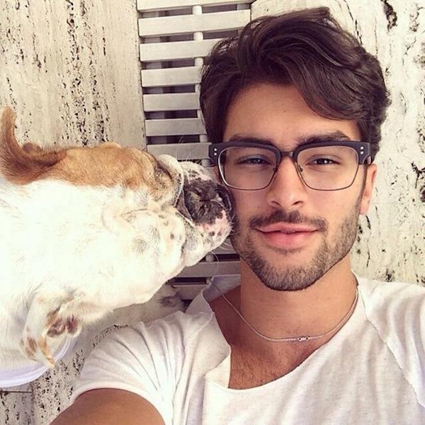 Les hommes sexy avec un chien