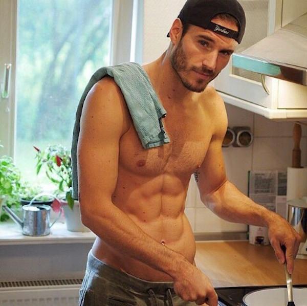 Hommes qui font la cuisine