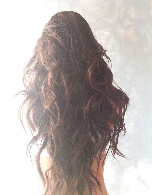 cheveux longs châtain ondulés
