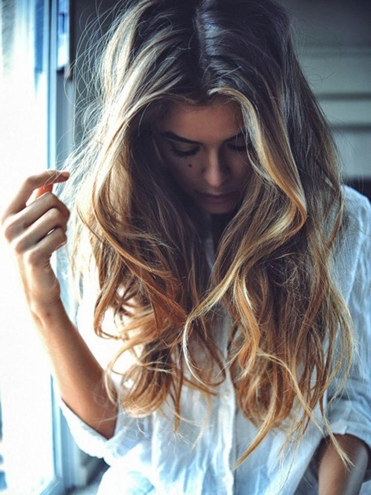 Cheveux longs blonds ondulés