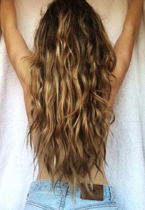 cheveux longs châtains ondulés fille
