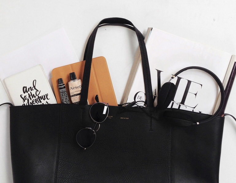 sac à main noir ouvert