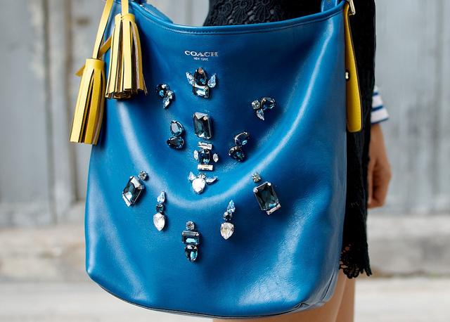 sac bleu diy pierres customisé  Comment donner l'illusion que vos accessoires valent plus cher ?