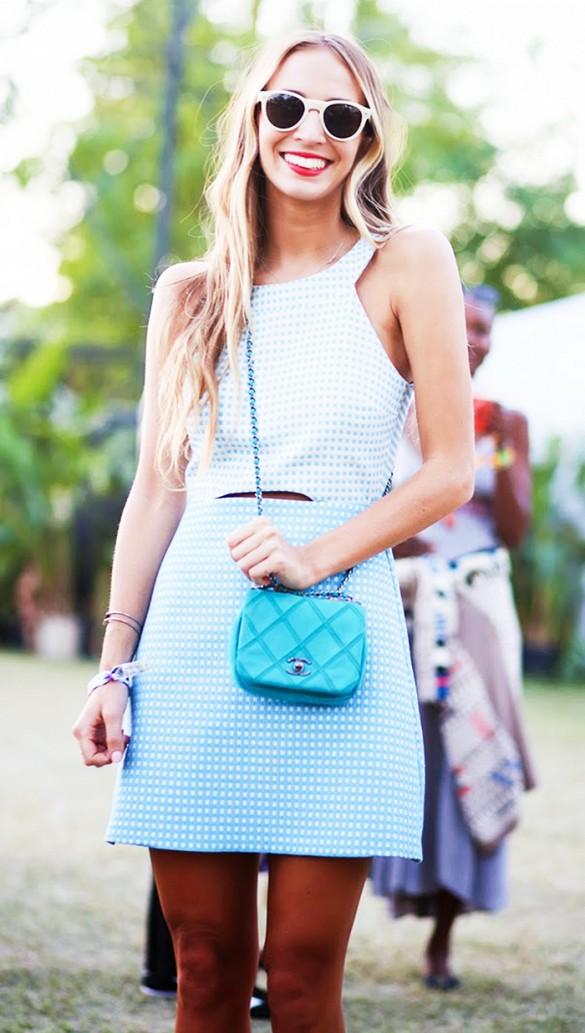 Street Style Robe bleu et lunettes de soleil