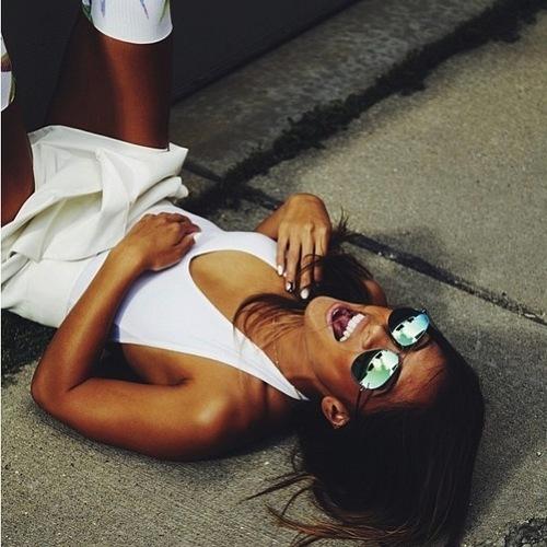 fille qui rigole par terre