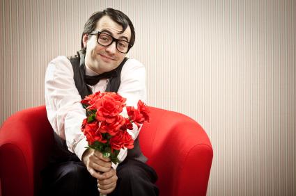 gentil garçon tenant un bouquet de fleurs