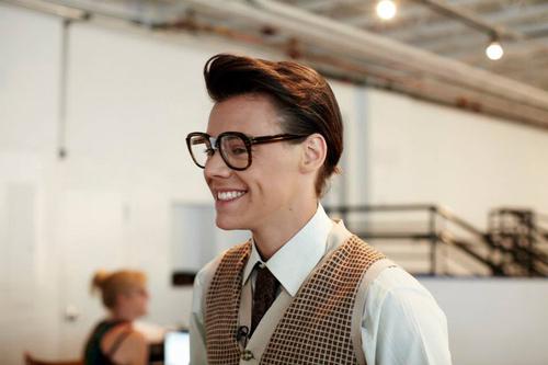 geek lunettes cravatte veston à carreaux