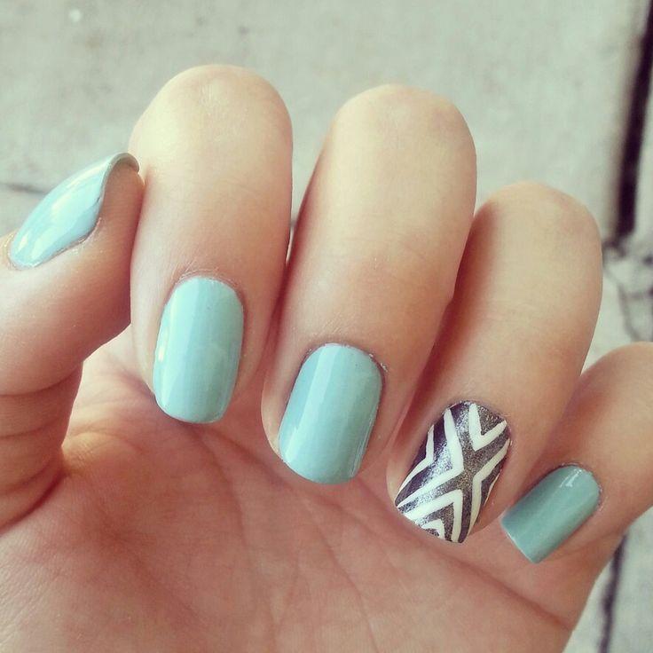 Nail art bleu et graphique argenté