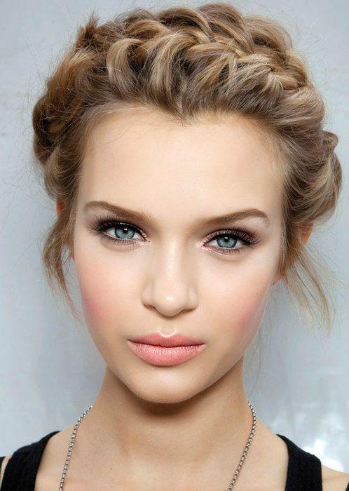 joli visage bien maquillé femme