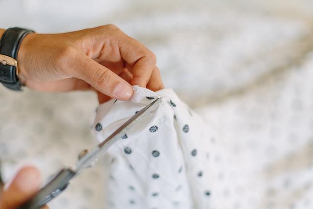 découpe tissus dit robe jupe