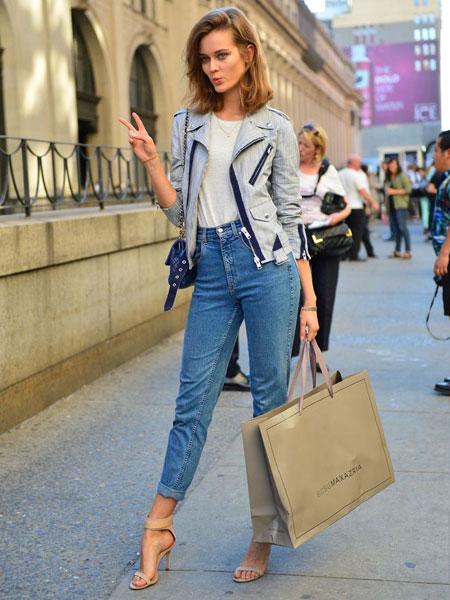 jean mom bleu street style