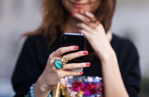 Street Style phone, main avec une bague