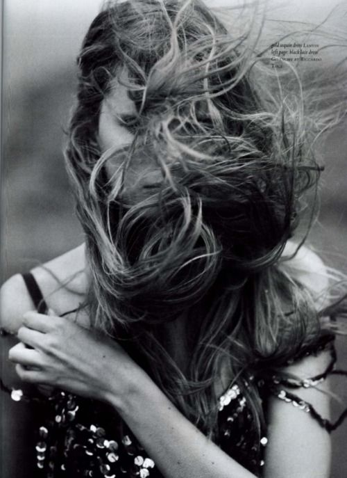 cheveux longs dans le vent