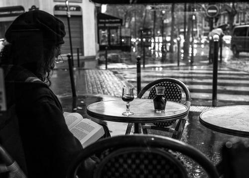 fille seule au restaurant