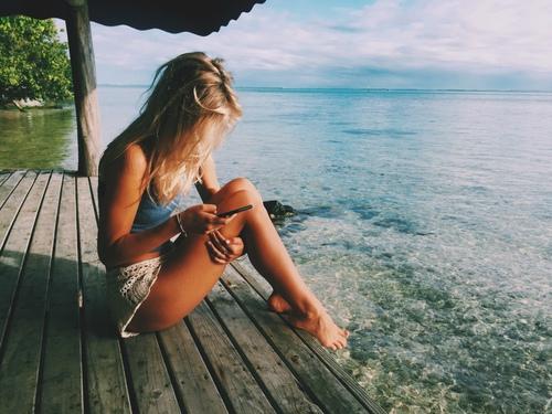 fille au bord de la mer