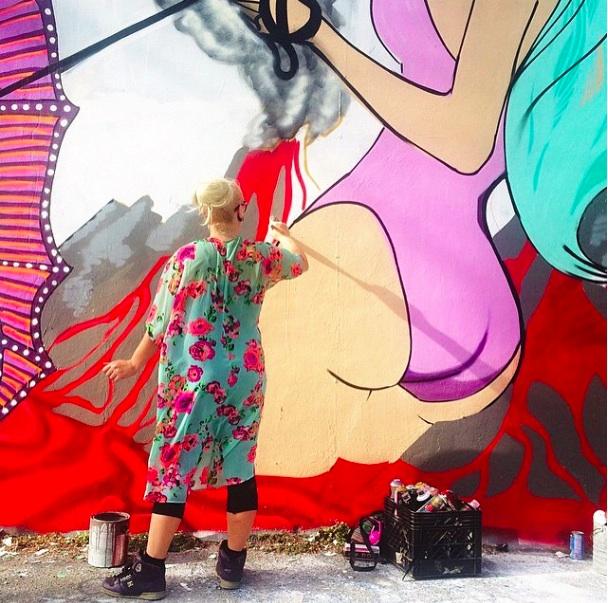artiste qui peint sur un mur